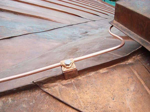 И кабеля к заземлению (проводники снижения), монтируются по такому горючему основанию, на специальных стойках...